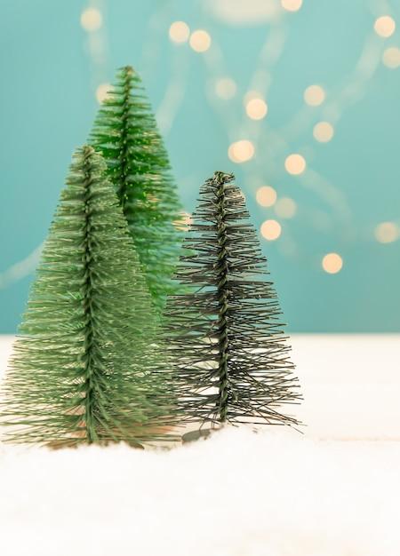 Kerstmis of nieuwjaar wenskaart met speelgoed sparren op blauwe bokeh Premium Foto