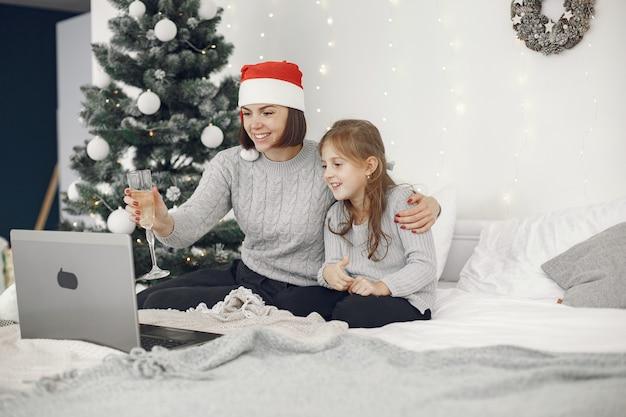Kerstmis online. viering kerst nieuwjaar in gesloten quarantaine voor coronavirus. feest online. moeder met dochter. Gratis Foto