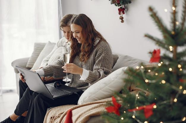 Kerstmis online. viering kerst nieuwjaar in gesloten quarantaine voor coronavirus. feest online. moeder met zoon. Gratis Foto
