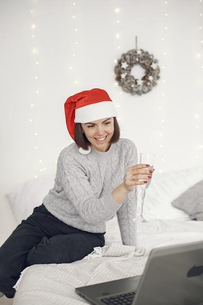Kerstmis online. viering kerst nieuwjaar in gesloten quarantaine voor coronavirus. feest online Gratis Foto