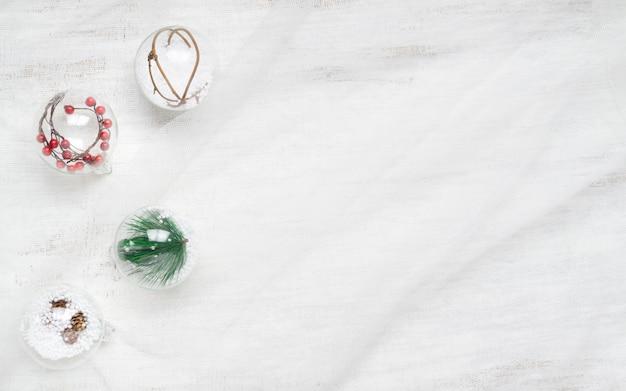 Kerstmis siert ballen op neststof op witte achtergrond Premium Foto