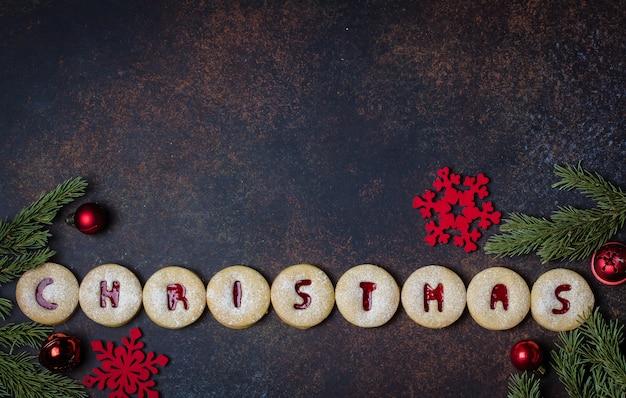 Kerstmis. vakantie zelfgemaakte zoete koekjes. traditionele oostenrijkse koekjes - linzer-koekjes gevuld met rode frambozenjam. Premium Foto