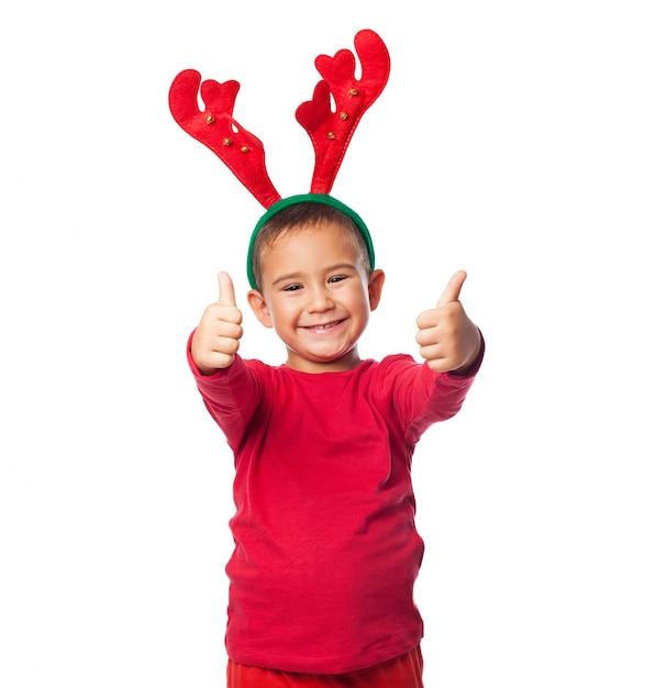 Kerstmis weinig jongen met thumbs up Gratis Foto