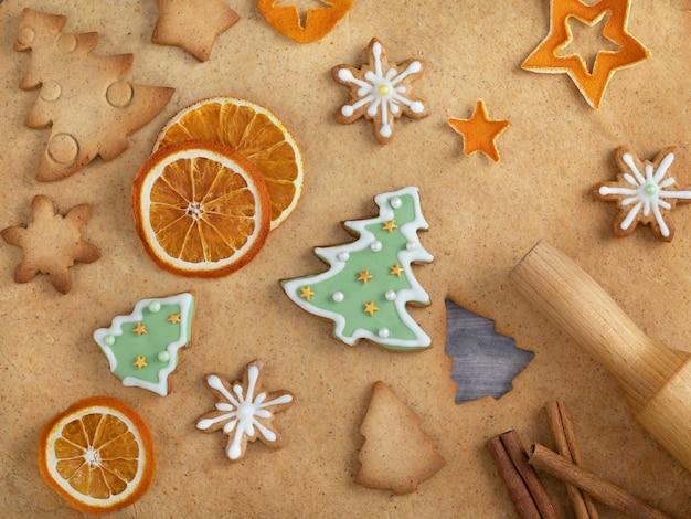 Kerstmis zelfgemaakte ontbijtkoek en bakken ingrediënten. Premium Foto