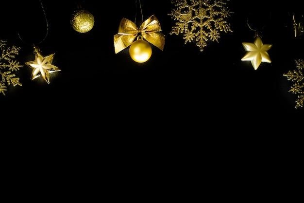 Kerstmis zwarte achtergrond gouden decoraties nieuwjaar Premium Foto