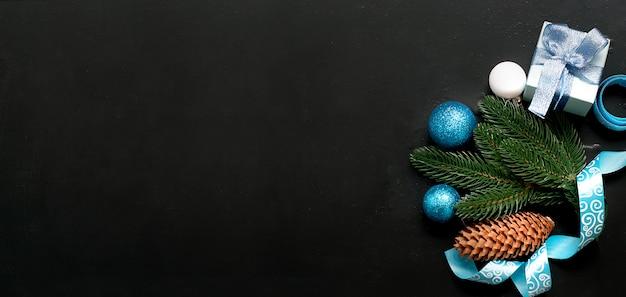 Kerstmisachtergrond met blauwe ballen en spartakken Premium Foto