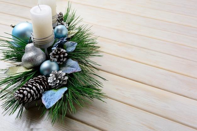 Kerstmisachtergrond met blauwe ornamenten verfraaide kaarsenhouder Premium Foto