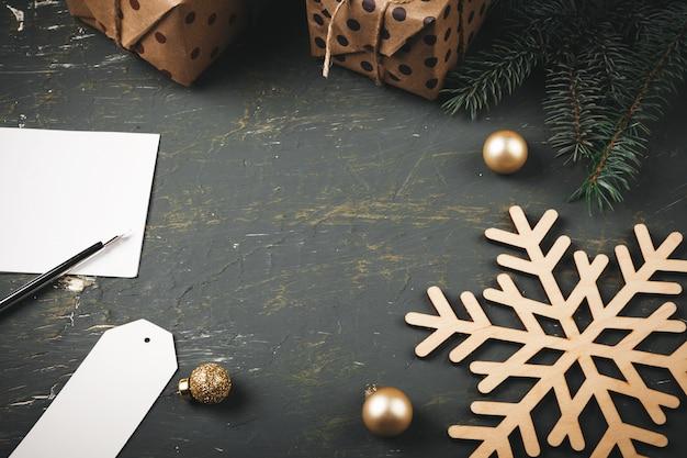 Kerstmisachtergrond met brief, envelop en veerpen die door seizoengebonden decoratie wordt omringd Premium Foto