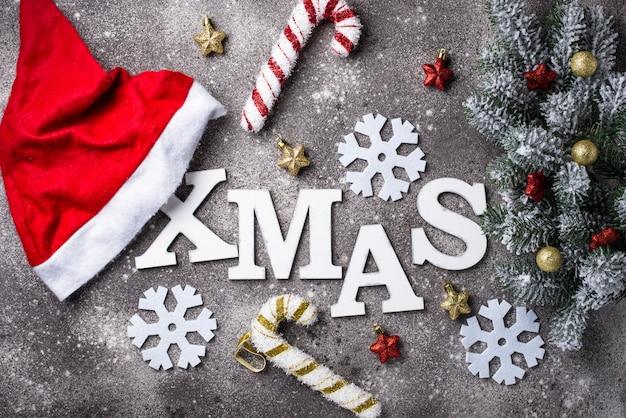 Kerstmisachtergrond met brievenkerstmis Premium Foto