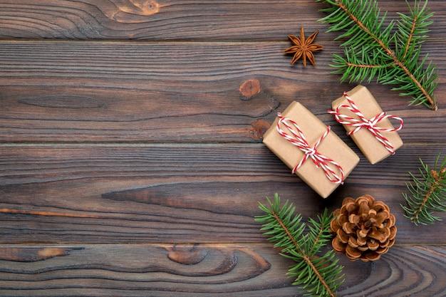 Kerstmisachtergrond met copyspace, hoogste mening. vakantie voor u ontwerpen op houten tafel Premium Foto