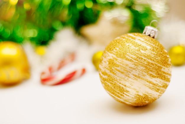 Kerstmisachtergrond met een gouden kerstmisdecoratie. Premium Foto
