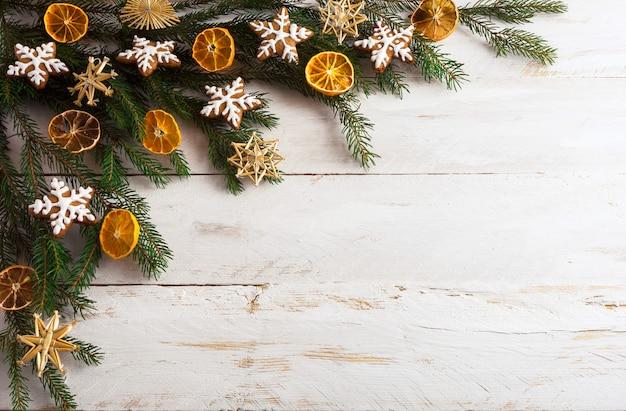 Kerstmisachtergrond met peperkoekkoekjes en droge oranje plakken Premium Foto