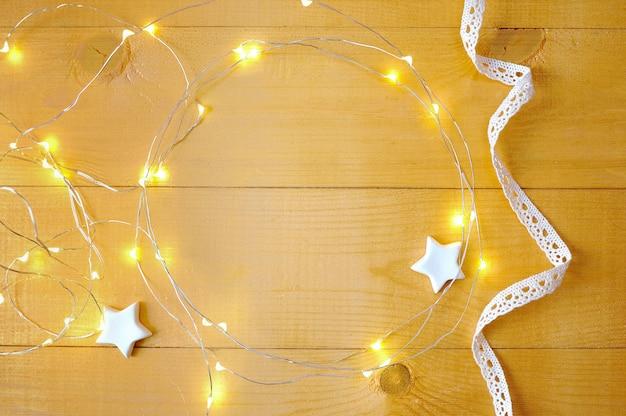 Kerstmisachtergrond met plaats voor uw tekst en witte kerstmisboom Premium Foto
