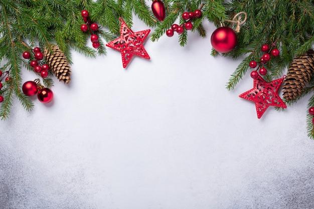 Kerstmisachtergrond met spar en rode giften Premium Foto
