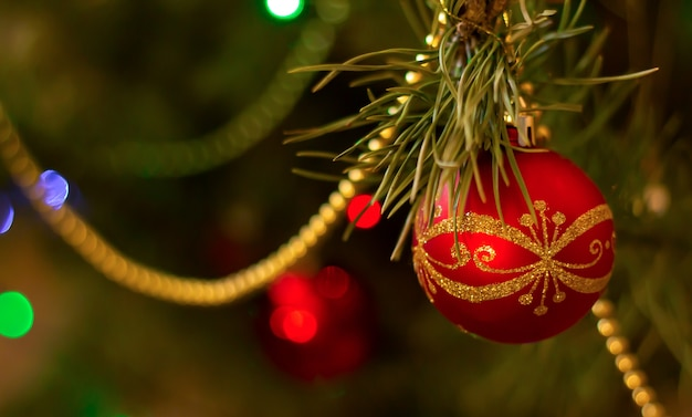 Kerstmisachtergrond - rode bal die op kerstmis-boom hangen Premium Foto