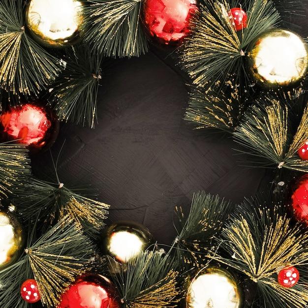 Kerstmisbal op zwarte geweven achtergrond Gratis Foto