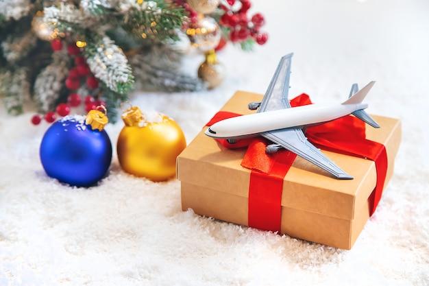 Kerstmisdecoratie met vliegtuig, reisconcept voor de vakantie Premium Foto