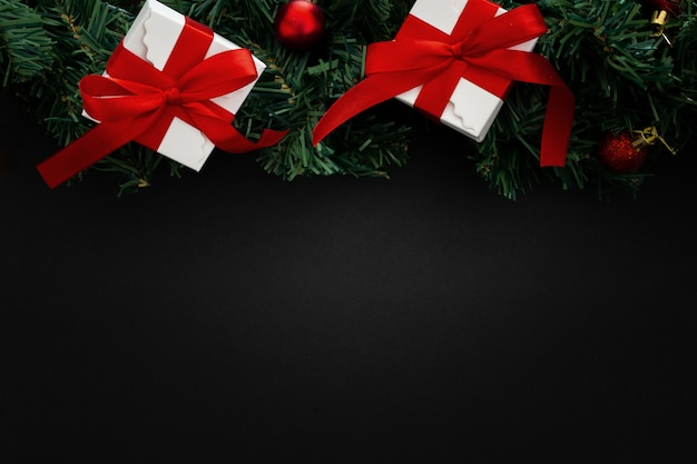 Kerstmiselementen op zwarte houten achtergrond Gratis Foto