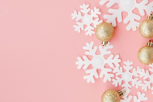 Kerstmisgift in de handen van vrouwen en notitieboekje op een roze achtergrond, een mening van hierboven Premium Foto