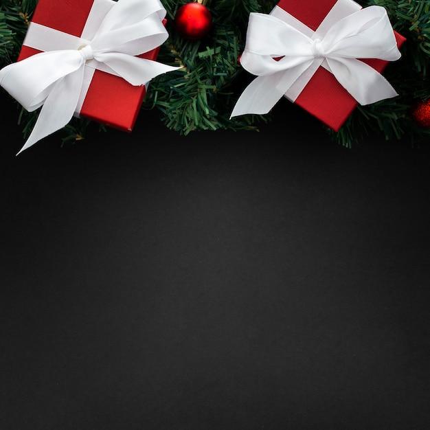 Kerstmisgiften op een zwarte achtergrond met copyspace Gratis Foto