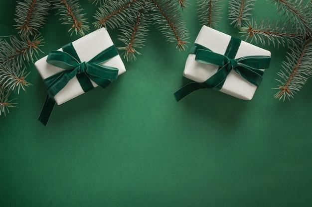 Kerstmisgrens met kerstmisboom en giften op groene achtergrond Premium Foto