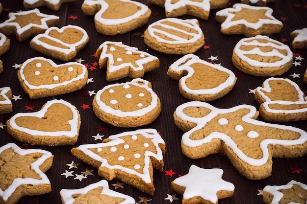 Kerstmisjaar van peperkoekkoekjes op houten lijst dichte omhooggaand Gratis Foto