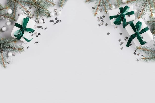Kerstmiskader met witte giften op grijs. Premium Foto