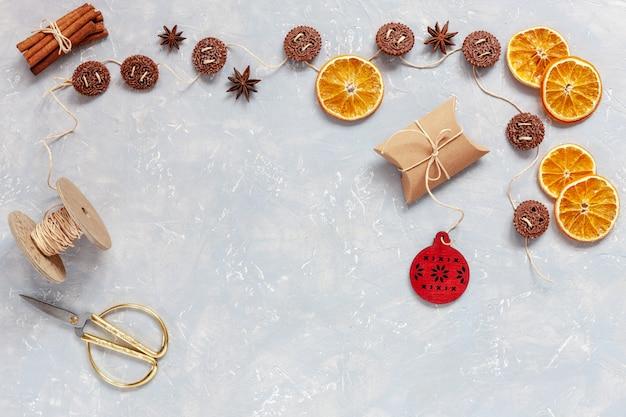 Kerstmiskoekjes, kruiden, droge oranje plakken op grijze concrete achtergrond Premium Foto