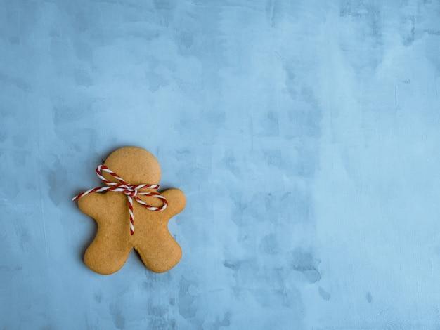 Kerstmiskoekjes op lichtblauwe achtergrond worden geïsoleerd die. Premium Foto