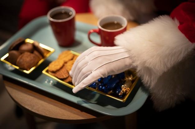 Kerstmiskoekjes van de close-up op een dienblad Gratis Foto
