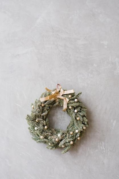 Kerstmiskroon met beige schaal op grijze muur, exemplaarruimte Premium Foto