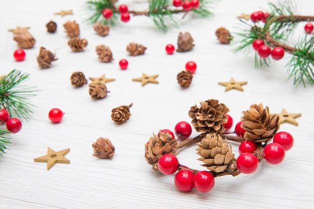 Kerstmiskroon met rode decoratie en spartakken Premium Foto