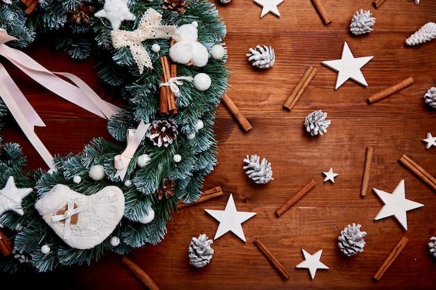 Kerstmiskroon op houten achtergrond Premium Foto