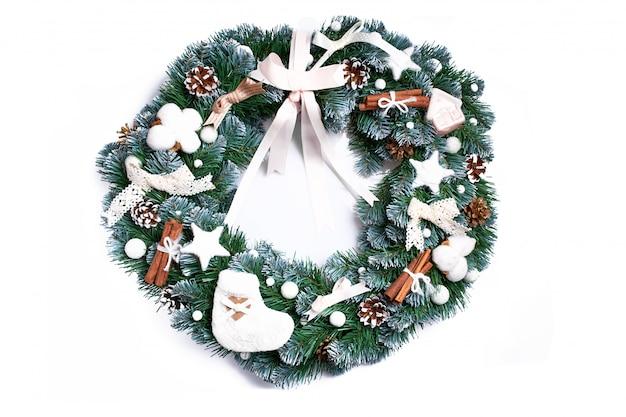 Kerstmiskroon op witte achtergrond wordt geïsoleerd die. feestelijke decoratie Premium Foto