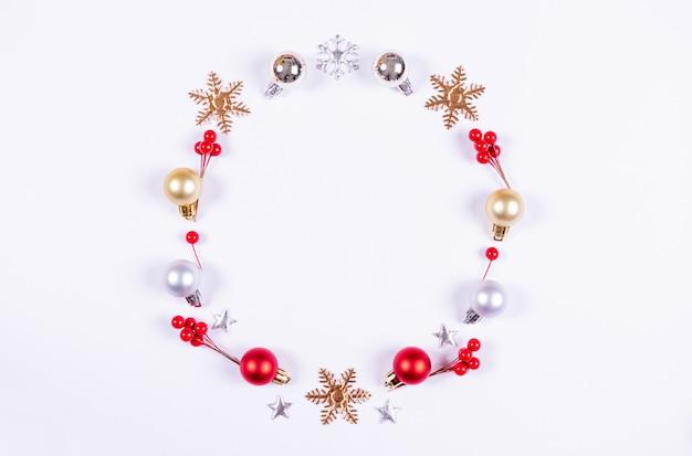 Kerstmiskroon van decoratie met rode bessendecoratie wordt gemaakt op witte achtergrond die. Premium Foto