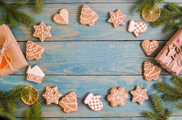 Kerstmispeperkoek van verschillende soorten op een zwart-witte houten achtergrond Premium Foto