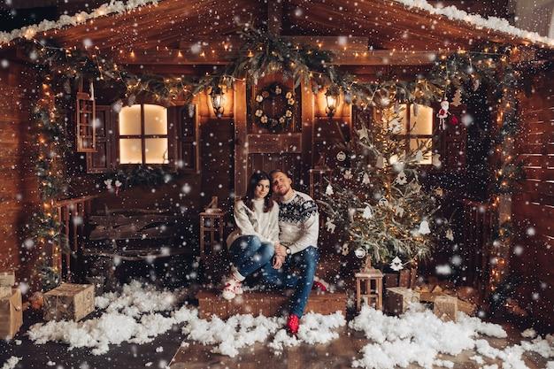 Kerstmisportret van een jong paar Premium Foto