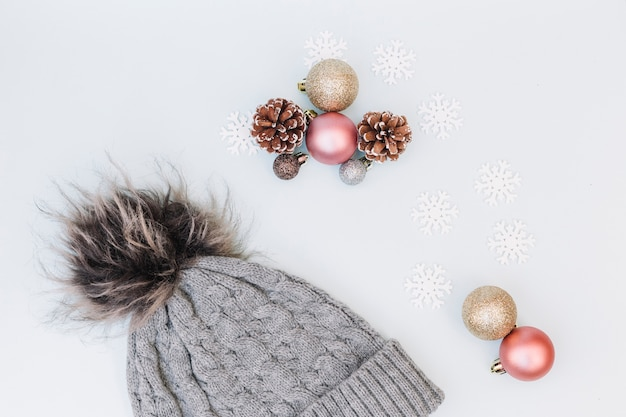 Kerstmissamenstelling van snuisterijen met glb Gratis Foto