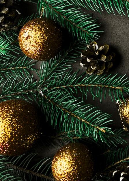Kerstmissamenstelling van sparrentakken met gouden snuisterijen Gratis Foto