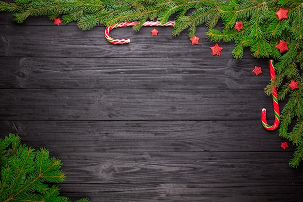 Kerstmisspar op zwarte houten achtergrond Premium Foto