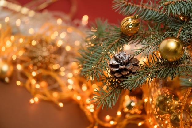 Kerstmissparappel op een nette tak op de achtergrond van een kerstmisslinger Premium Foto