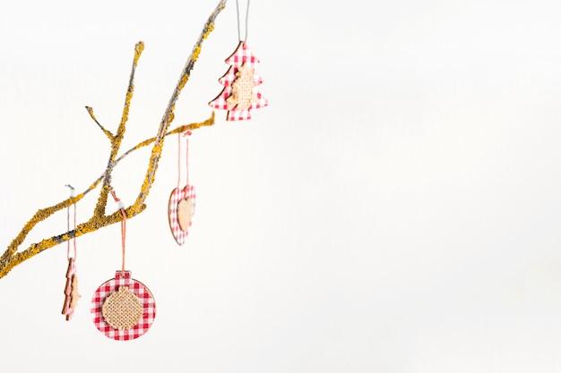 Kerstmisspeelgoed die op boomtak hangen Gratis Foto