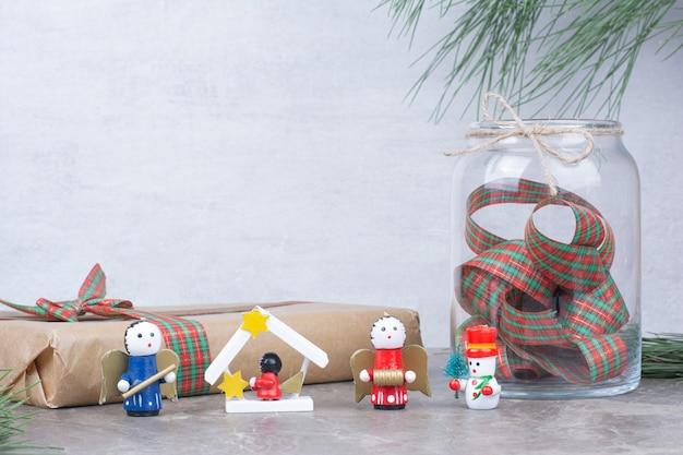 Kerstmisspeelgoed met kruik, heden en boog. Gratis Foto