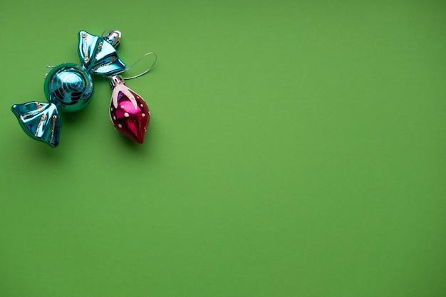 Kerstmisspeelgoed op groene muur met plaats voor tekstconcept kerstmis en nieuwjaar Premium Foto