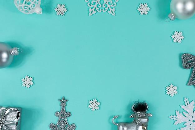 Kerstmisspeelgoed stier, bal, cadeau, boom, op een blauw Premium Foto