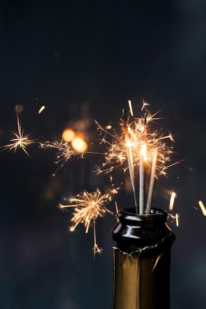 Kerstmissterretje in champagnefles bij nacht Gratis Foto