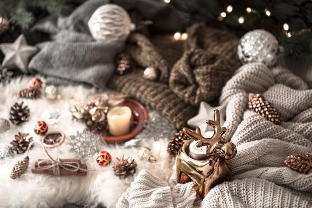 Kerstmuur. gebreide trui en kerstversiering, bovenaanzicht. stilleven Gratis Foto