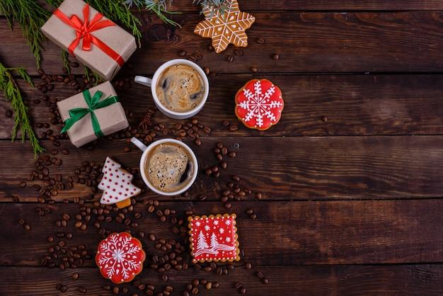 Kerstochtend met geurige koffie en geschenken Premium Foto
