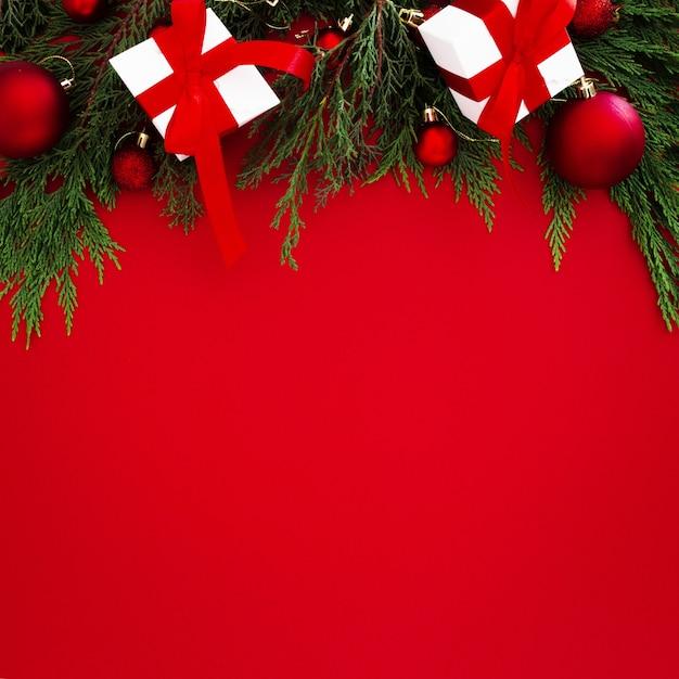 Kerstornamenten aan de bovenkant van het frame Gratis Foto