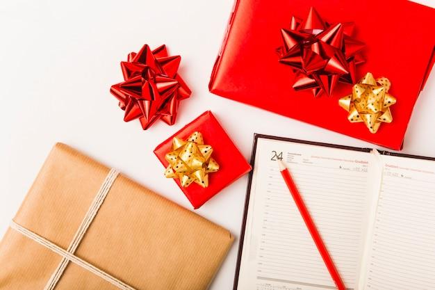 Kerstplanning met feestelijke cadeautjes Gratis Foto